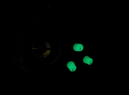 A special touch: Glow in the dark volume knobs!